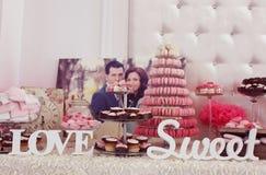 Adornado maravillosamente casandose la tabla con los dulces Fotografía de archivo libre de regalías