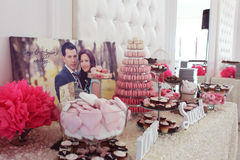 Adornado maravillosamente casandose la tabla con los dulces Fotos de archivo libres de regalías