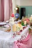 Adornado maravillosamente casandose la tabla de novia y de novio Imágenes de archivo libres de regalías