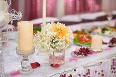 Adornado maravillosamente casandose la tabla de novia y de novio Foto de archivo
