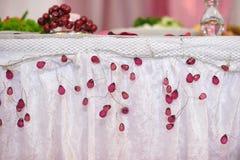 Adornado maravillosamente casandose la tabla de novia y de novio Fotografía de archivo libre de regalías