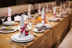 Adornado maravillosamente casandose la tabla en el restaurante Fotografía de archivo