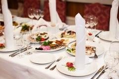 Adornado maravillosamente casandose la tabla en un restaurante Imagen de archivo