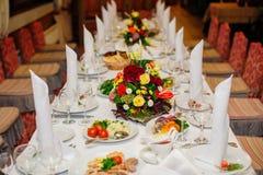 Adornado maravillosamente casandose la tabla en un restaurante Fotos de archivo