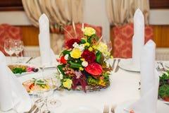 Adornado maravillosamente casandose la tabla en un restaurante Fotografía de archivo