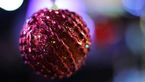 Adornado maravillosamente con la bola roja grande de las lentejuelas que balancea lentamente hipnotizar almacen de video
