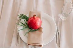 Adornado maravillosamente con la sentada de la tabla del pomergranate Foto de archivo