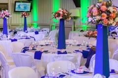 Adornado maravillosamente en los colores azules y blancos que se casan el pasillo Imagen de archivo libre de regalías