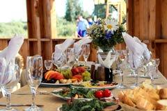 Adornado muy agradable casandose la tabla con las placas y las servilletas Fotografía de archivo libre de regalías