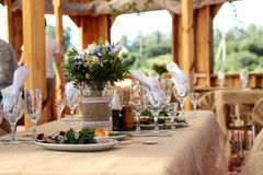 Adornado muy agradable casandose la tabla con las placas y las servilletas Foto de archivo