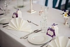 Adornado muy agradable casandose la tabla con las placas y las servilletas Imagenes de archivo