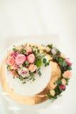 Adornado por la torta desnuda blanca de las flores, el estilo rústico para las bodas, los cumpleaños y los eventos Imagenes de archivo