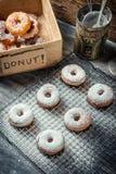 Adornado recientemente con los anillos de espuma del azúcar en polvo Fotos de archivo libres de regalías