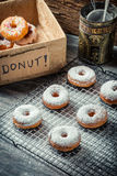 Adornado recientemente con los anillos de espuma del azúcar en polvo Foto de archivo libre de regalías