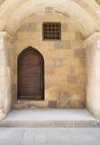 Adornado saltada envejecida de madera en una pared de piedra ahuecada Imagenes de archivo