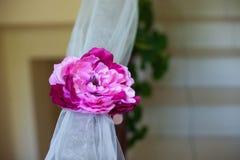 Adornado tradicionalmente con las ramas florece el frente del cordón de las cintas Foto de archivo libre de regalías