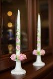 Adornado tradicionalmente con las ramas florece el frente del cordón de las cintas Imágenes de archivo libres de regalías