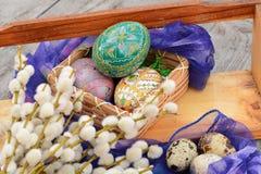 Adornado, verde, huevos de Pascua en cesta Imágenes de archivo libres de regalías