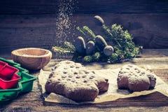 Adornamiento con el árbol del pan de jengibre del azúcar de formación de hielo para la Navidad en la tabla de madera Imagenes de archivo
