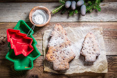 Adornamiento con el árbol del pan de jengibre del azúcar de polvo para la Navidad Fotografía de archivo