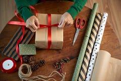 Adornamiento con la cinta roja Imágenes de archivo libres de regalías