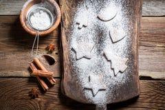 Adornamiento con las galletas de azúcar de formación de hielo para la Navidad Fotografía de archivo libre de regalías