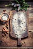 Adornamiento con las galletas de azúcar de formación de hielo para la Navidad Imagenes de archivo