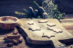 Adornamiento con las galletas de la Navidad del azúcar de formación de hielo en la tabla de madera Fotos de archivo libres de regalías