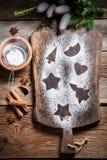 Adornamiento con las galletas del pan de jengibre de la Navidad del azúcar de formación de hielo Imagen de archivo