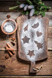 Adornamiento con las galletas del pan de jengibre de la Navidad del azúcar de formación de hielo Foto de archivo
