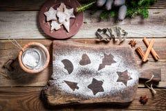 Adornamiento con las galletas del pan de jengibre del azúcar de formación de hielo para la Navidad Foto de archivo