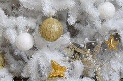 Adornamiento de ascendente cercano del árbol de navidad Bulbo de la decoración, árbol de abeto blanco, juguetes de oro de Navidad Foto de archivo libre de regalías