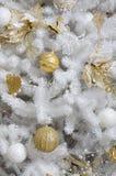 Adornamiento de ascendente cercano del árbol de navidad Bulbo de la decoración, árbol de abeto blanco, juguetes de oro de Navidad Imagen de archivo
