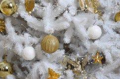 Adornamiento de ascendente cercano del árbol de navidad Bulbo de la decoración, árbol de abeto blanco, juguetes de oro de Navidad Imágenes de archivo libres de regalías