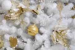 Adornamiento de ascendente cercano del árbol de navidad Bulbo de la decoración, árbol de abeto blanco, juguetes de oro de Navidad Foto de archivo