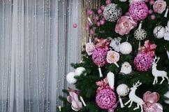 Adornamiento de ascendente cercano del árbol de navidad Bulbo de la decoración, árbol de abeto, juguetes rosados de Navidad y luc Foto de archivo libre de regalías