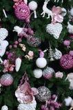 Adornamiento de ascendente cercano del árbol de navidad Bulbo de la decoración, árbol de abeto, juguetes rosados de Navidad y luc Foto de archivo