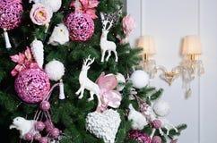 Adornamiento de ascendente cercano del árbol de navidad Bulbo de la decoración, árbol de abeto, juguetes rosados de Navidad y luc Imágenes de archivo libres de regalías