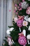 Adornamiento de ascendente cercano del árbol de navidad Bulbo de la decoración, árbol de abeto, juguetes rosados de Navidad y luc Fotografía de archivo