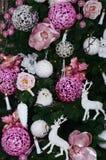 Adornamiento de ascendente cercano del árbol de navidad Bulbo de la decoración, árbol de abeto, juguetes rosados de Navidad y luc Fotografía de archivo libre de regalías
