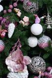 Adornamiento de ascendente cercano del árbol de navidad Bulbo de la decoración, árbol de abeto, juguetes rosados de Navidad y luc Fotos de archivo libres de regalías