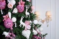 Adornamiento de ascendente cercano del árbol de navidad Bulbo de la decoración, árbol de abeto, juguetes rosados de Navidad y luc Fotos de archivo