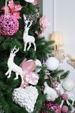 Adornamiento de ascendente cercano del árbol de navidad Bulbo de la decoración, árbol de abeto, juguetes rosados de Navidad y luc Imagen de archivo