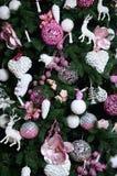 Adornamiento de ascendente cercano del árbol de navidad Bulbo de la decoración, árbol de abeto, juguetes rosados de Navidad y luc Imagenes de archivo