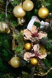 Adornamiento de ascendente cercano del árbol de navidad Bulbo de la decoración, árbol de abeto verde, juguetes de oro de Navidad  Imagen de archivo libre de regalías