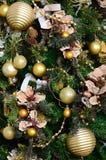 Adornamiento de ascendente cercano del árbol de navidad Bulbo de la decoración, árbol de abeto verde, juguetes de oro de Navidad  Fotos de archivo