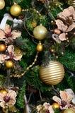 Adornamiento de ascendente cercano del árbol de navidad Bulbo de la decoración, árbol de abeto verde, juguetes de oro de Navidad  Imagen de archivo