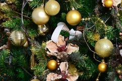 Adornamiento de ascendente cercano del árbol de navidad Bulbo de la decoración, árbol de abeto verde, juguetes de oro de Navidad  Imagenes de archivo