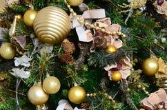 Adornamiento de ascendente cercano del árbol de navidad Bulbo de la decoración, árbol de abeto verde, juguetes de oro de Navidad  Fotografía de archivo