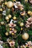 Adornamiento de ascendente cercano del árbol de navidad Bulbo de la decoración, árbol de abeto verde, juguetes de oro de Navidad  Fotos de archivo libres de regalías